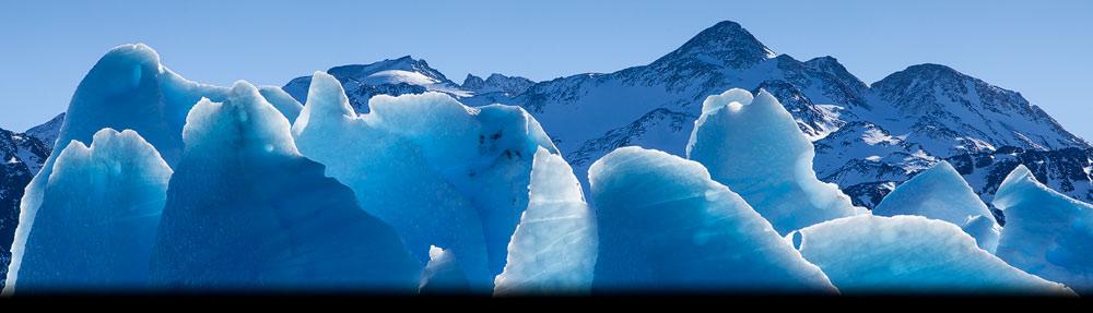 Deze Close-up van het blauwe ijs van de Grey gletsjer in Patagonië geeft een abstracte impressie van deze gletsjer - Close up of the blue ice of the Grey glacier gives an abstract impression of this glacier