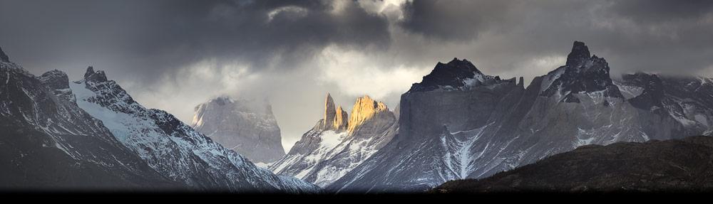 Het Paine massief in het Torres del Paine Nationaal Park in Chileens Patagonië gehuld in wolken