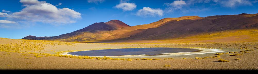 Panorama foto met vulkanen en zoutmeer op de hoogvlakte van de Andes in het noorden van Argentinië