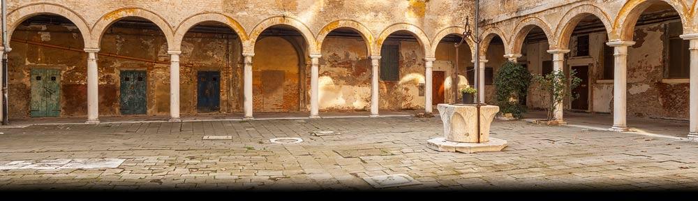 Venetië, een veel bezochte cultuur stad in zuid Europa. Hier één van de vele rustieke hofjes die Venetië rijk is
