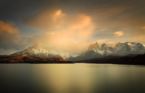 Multimedia presentatie over Patagonië: Het Lago Pehoe en het Paine massief in Chileens Patagonië kleuren roze als de zon in de winter opkomt