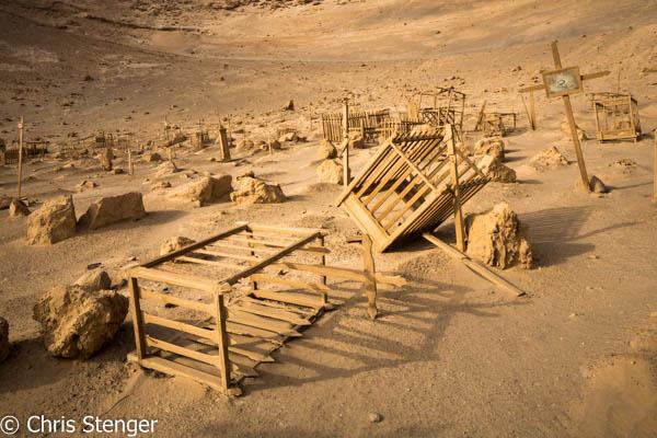 De begraafplaats van sw oude havenplaats Pisagua aan de noordkust van Chili ademt de sfeer van vergane glorie