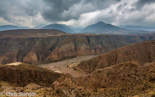 Landschap met diepe kloof in vulkanische as op weg naar het dorpje Iruya in het noord westen van Argentinië