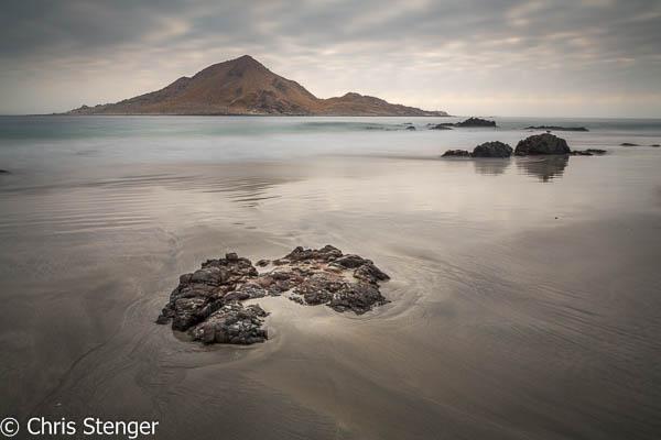 Landschap met strand en het suikerbrood eiland in het Pan de Azucar Nationaal Park in het noorden van Chili