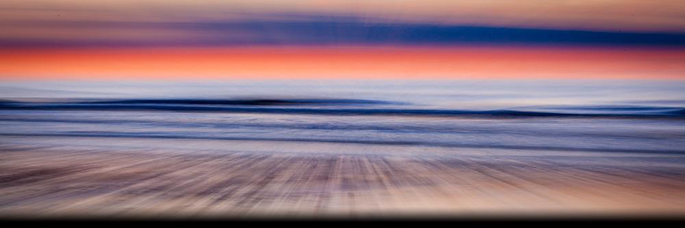 Op de contact pagina van Chris Stenger Natuurfotografie en reisfotografie staat deze foto die een impressie weergeeft van het strand en de zee aan de Noordzeekust van Schiermonnikoog bij zonsondergang