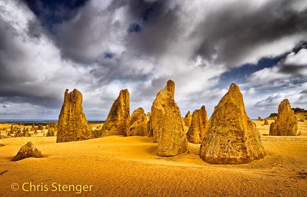 Pinnacles desert in het westen van Australië bij half bewolkt weer