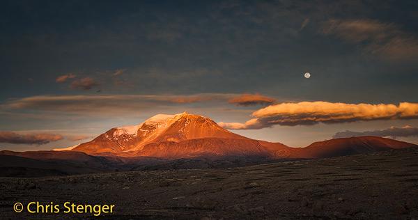 De ruim 6000 meter hoge vulkaan Guallatiri bij opkomende volle maan.