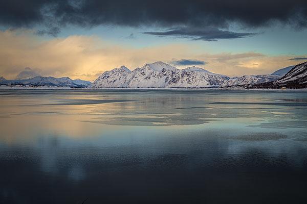 Winter landschap met een stil en eenzaam fjord in het noorden van Austvågøya, één van de eilanden van de Lofoten