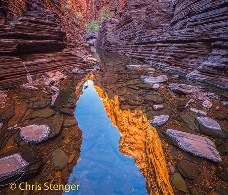 Weerspiegeling van rotswanden in een waterpoel in de nauwe Knox Gorge in het Karijini nationaal park in de Pilbara, west Australië - Reflection of cliffs in a waterpool in the narrow Knox Gorge in the Karijini National Park in the Pilbara western Australia