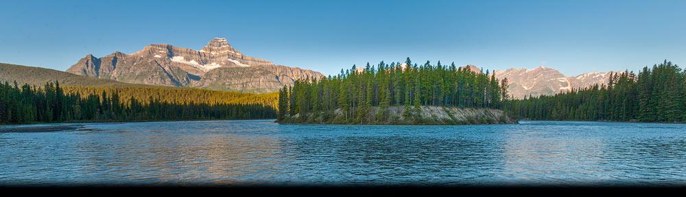 Landschap met bergen en rivier in Jasper National Park karakteristiek voor het westen van Canada