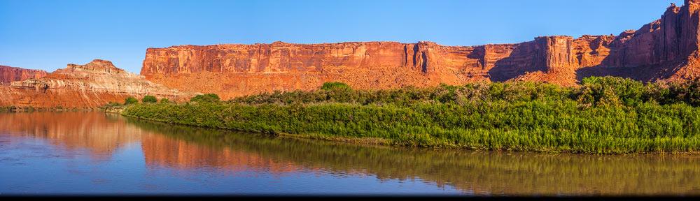 In de buurt van Moab in het zuid westen van de USA in de staat Utah stroomt de Colorado River door een sprookjeslandschap van kloven en vreemgevornde rotspartijen
