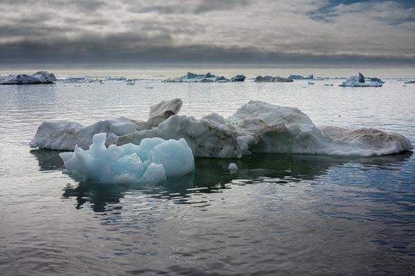 Ontelbare ijsbergen drijven in de Disko baai. Ze varieren in grootte van kleine ijsklompjes tot groter dan een flatgebouw.