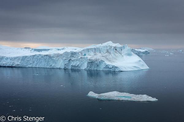 Aan het einde van het ijsfjord lopen de ijsbergen vast op een onderzeese morene die zo'n 250 meter beneden de waterspigel ligt. Pas wanneer de onderzijde minder dan 250 meter onder water steekt kan de ijsberg het ijsfjord verlaten.