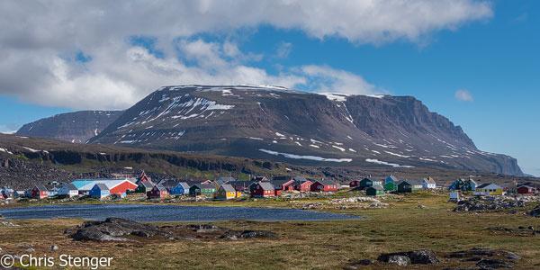 Met ongeveer 850 inwoners is Qeqertarsuaq de enige plaats op Disko eiland. Het dorpje heeft een supermarkt en een paar hotels en in de omgeving kan je schitterend wandelen. Afgezien van de ijsbergen in zee doet het landschap me erg denken aan dat in noord Zweden.