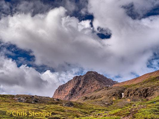 Tijdens de wandeling naar de Lyngmark gletsjer verbeterde het weer en onstonden geweldige wolkenluchten