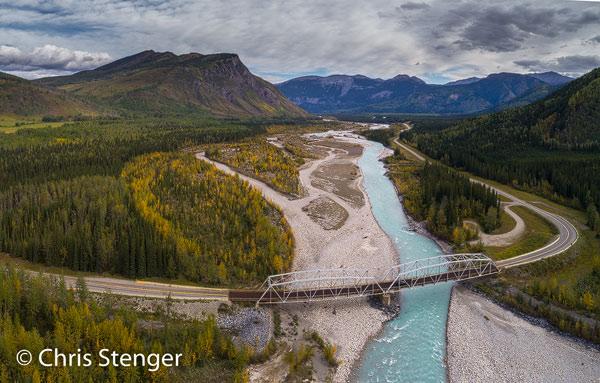 De Alaska Canada Highway (Alcan) slingert zich door de bergen van de noordelijke Rocky mountains