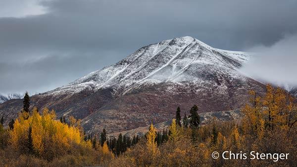 De sneeuw op de bergtop was de vorige nacht gevallen