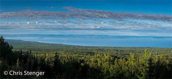 Het immense Lesser Slave Lake ligt verborgen in de wouden van Noord Alberta