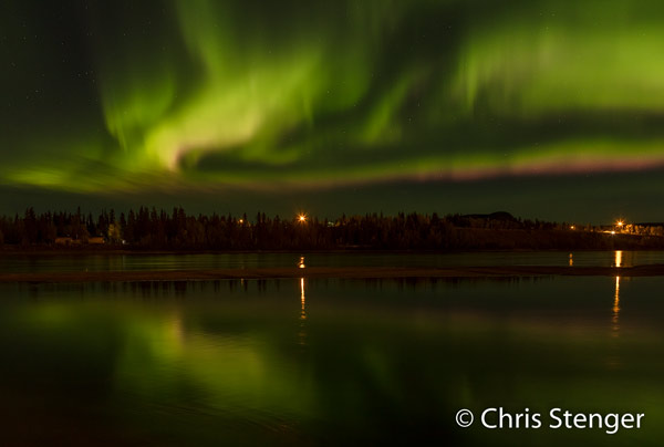 Noorderlicht met reflectie in de rivier de Yukon bij het plaatsje Carmacks in de Yukon