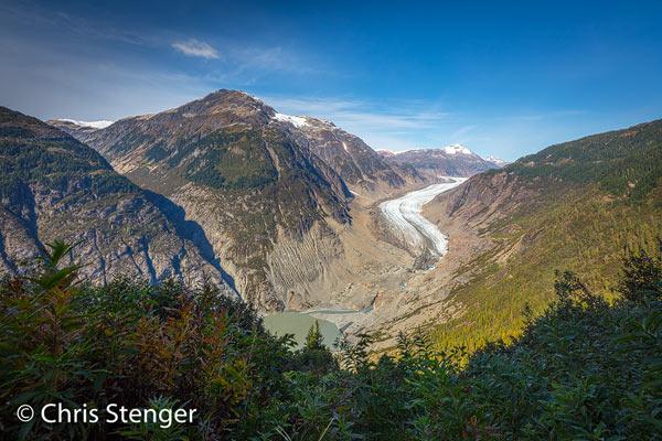 De Salmon Glacier ligt in Canada, maar om er te komen moet je een stukje door Alaska rijden. Van Stewart rijd je 2 km naar Hyder in Alaska om vervolgens een kleine 30 km over een onverharde weg te rijden die je ongemerkt weer terugbrengt in Canada. Het is de moeite waard want de uitzichten op de gletsjer xijn fenomenaal.