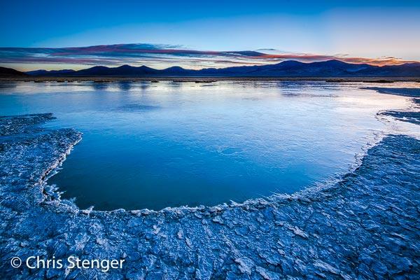 Net voor zonsopkomst fotografeerde ik dit zoutmeer op de zoutvlakte Salar de Huasco. De nacht was ijzig geweest en het meetje is bevroren