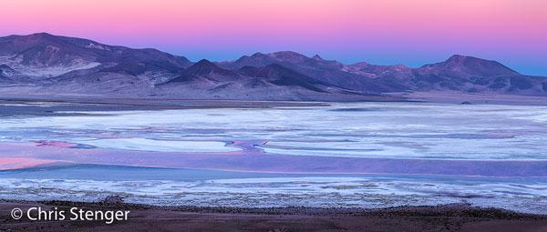 Panorama opname van de zoutvlakte Salar de Huasco gemaakt vanuit de pas van waar uit je het nationale park binnenrijdt