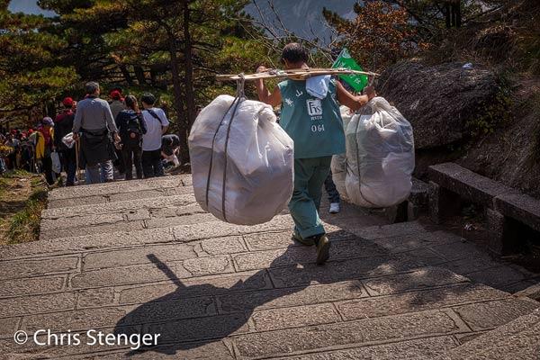 Tijdens onze wandelingen kwamen we steeds arbeiders tegen die zware lasten vanuit de dalen naar boven zeulden. Ik had spierpijn nadat ik 1000 meter naar beneden was gelopen over de stenen trappen, maar wat deze mannen presteren grenst aan het ongelooflijke!