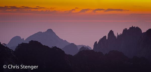 De bergen van Huangshan in Anhui in het oosten van China bij zonsopkomst