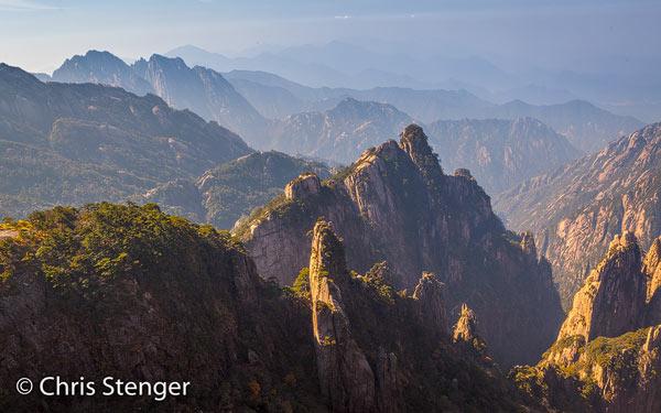 Diepe kloven en grillige pieken van graniet; het kenmerk van Huangshan!