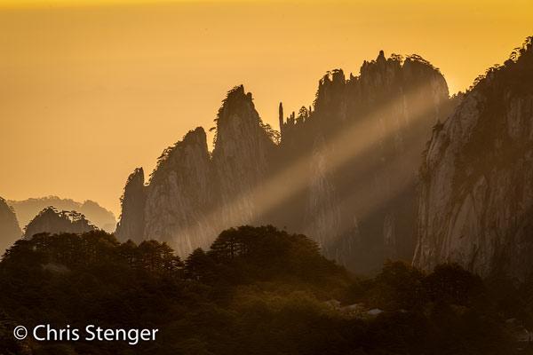 Helaas geen mist tijdens mijn bezoek, maar het wat heiige weer leverde wel een aantal foto's met fraaie wolkenstralen op