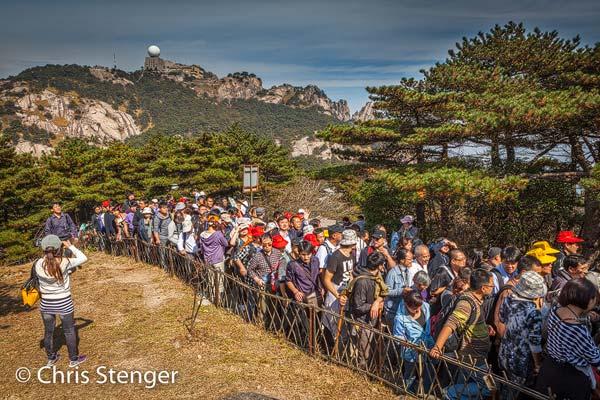 Urenlang stonden we in de rij te wachten om een bergpas over te gaan. Ik wist niet veel beters te doen dan maar uit de rij te stappen en wat foto's te maken van dit bizarre tafereel