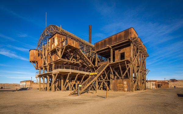 Gedurende het salpeter tijdperk waren meer dan 200 van dit soort fabrieken actief in de desolate Atacama. Nu zijn ze vervallen tot spooksteden.
