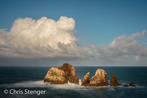 Deze geïsoleerde rotsen in zee vormen onderdeel van de spectaculaire kust van Cantabrië in noord Spanje