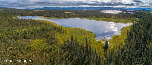 Door de vele bomen zie je in de boreale wouden vaak weinig van het landschap. Met een drone krijg je dan vaak onverwachte en verrassende landschappen te zien