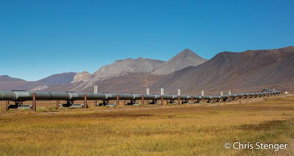 Als een slang kronkelt de Alaska Pipeline zich door het landschap van Prudhoe Bay in het noorden naar Valdez in het zuiden van Alaska. Op deze foto loopt de pijplijn door de noordelijke uitlopers van de Brooks Range
