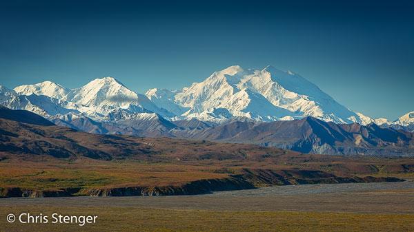 Deze steenklomp is de hoogste berg van noord Amerika. De berg maakt z'n eigen klimaat en is daarom vaak onzichtbaar vanwege de wolken rondom de top.
