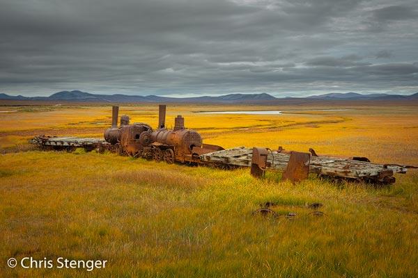 De Last Train to Nowhere is een relict uit het goldrush tijdperk toen allerlei ambitieuse projecten op stapel werden gezet om het gebied rondom Nome te ontwikkelen.