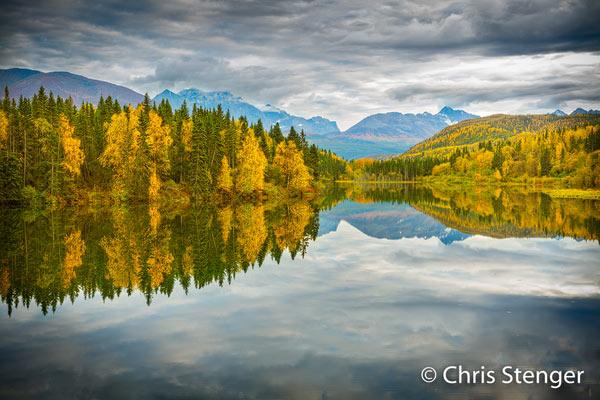 Een stille avond en herfstkleuren resulteren in deze fraaie weerspiegeling. Canon 5Ds R met EF 50mm f/1.8 STM ISO100 1/8sec bij f/9.0 vanaf statief