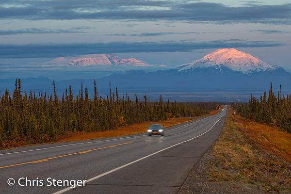 Ik maakte deze foto een kilometer of 10 voor Glennallen net voor zonsondergang. Op de top van Mount Drum is nog net de laatste zon van de dag te zien. De auto op de voorgrond is onscherp vanwege de vrij lange sluitertijd van 1/8 seconde die werd gebruikt. Canon 5Ds R met 100-400mm/f4.5-5.6 L IS II USM ISO100 1/8sec bij f/9.0 vanaf statief.
