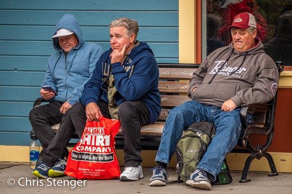Ze lijken zich echt vreselijk te amuseren deze toeristen. De rode plastic zak van de 'Alaska Shirt Company' zag je overal. Het kopen van een goedkoop T-shirt is kennelijk het hoogtepunt van een dagje Skagway.