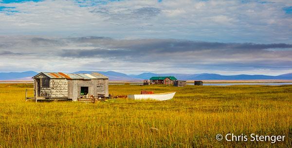 Ook ons bezoek aan Nome was een hoogtepunt. Fraaie landschappen, veel dieren en de interessante cultuur van de locale Inuit bevolking. De huisjes op deze foto worden door de Inuit uitsluitend gebruikt in de zomer als ze vissen, jagen en bessen verzamelen