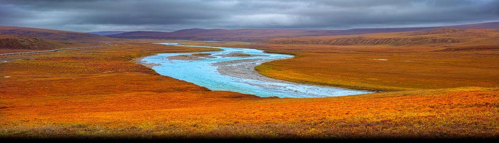 Toendra met de Sag River en de Alaska pipeline op de North Slope in het noorden van Alaska