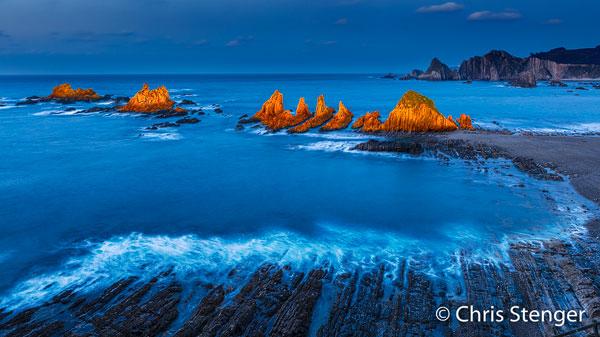 Deze foto van Playa de la Gueirua is een composiet van twee bewerkingen van dezelfde foto; één met lage en één met hoge kleurtemperatuur