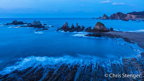 Playa de la Gueirua gefotografeerd tijdens het blauwe uur