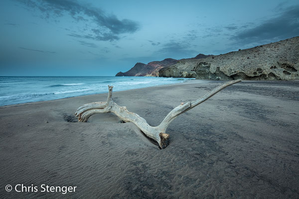 Het strand van Paya de Monsul ligt in de buurt van Cabo de Gata in Andalusië. Deze foto werd een half uurtje voor zonsopkomst gemaakt hetgeen de blauwe tint verklaart