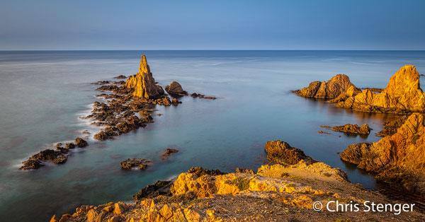Deze seastacks werden gefotografeerd bij zonsopkomst vanaf een hoog punt op de bergen die hier uit zee omhoogrijzen