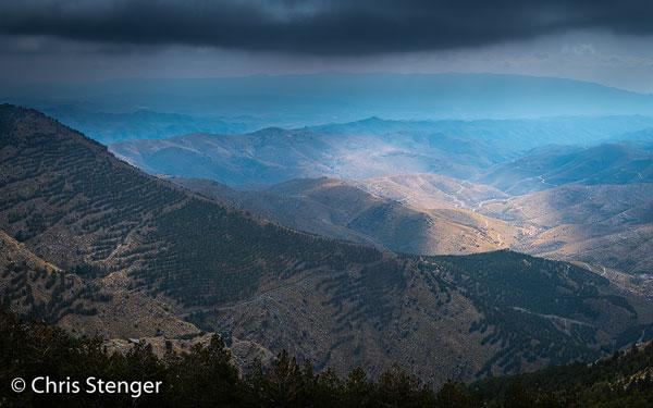 Wind vanuit de Middellandse zee wordt opgestuwd tegen Sierra de Baza, waardoor wolken en mist ontstaan. Deze foto werd gemaakt met zwaarbewolkt heiig weer en die weersomstandigheden waren fotografisch niet ideaal.
