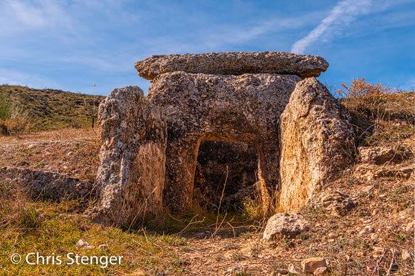 Dit is één van de beter bewaarde Dolmen , graven uit de steentijd, die rond Gorafe zijn gevonden. Het was een stevige wandeling om deze Dolmen te bereiken. Het is een HDR opname want de foto werd gemaakt rond het middaguur toen het licht behoorlijk hard was.