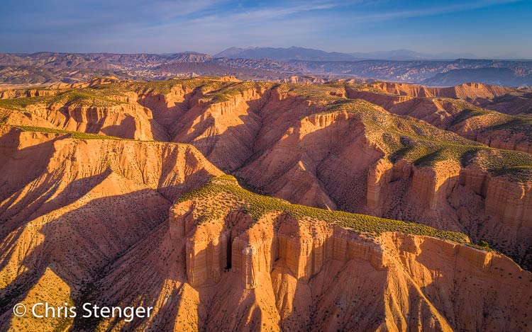 Bij zonsopkomst zijn de kleuren in de woestijn van de Hoya de Guadix en de Spaanse regio Andalusië geweldig