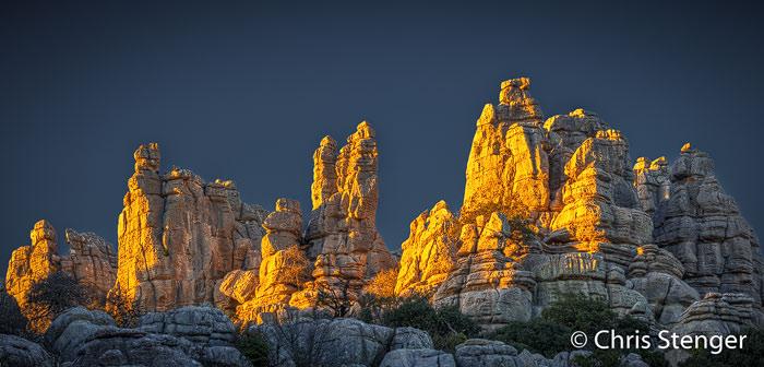 Grillige kalksteenpilaren in het Karstgebied van El Torcal bij zonsondergang